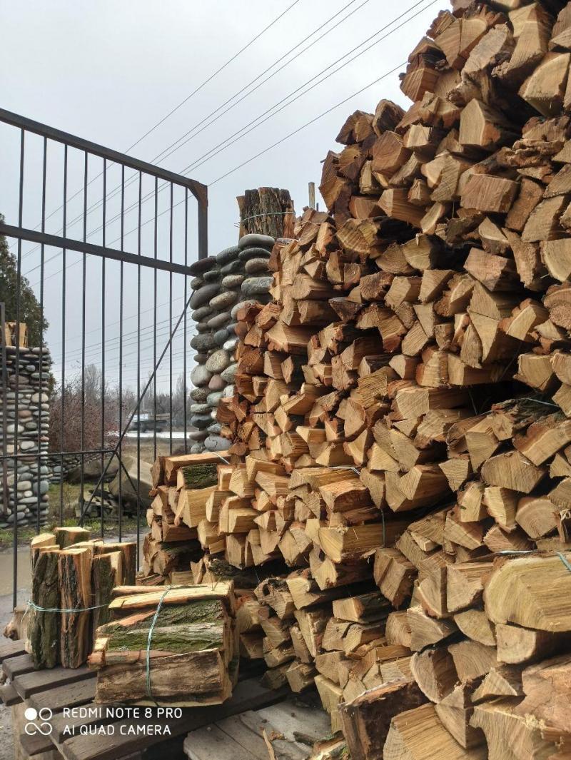 Дрова тврдых пород деревьев. Сухие, колотые.